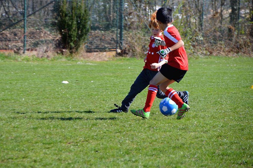 Začíná vaše dítě s fotbalem? Víme, co všechno potřebuje